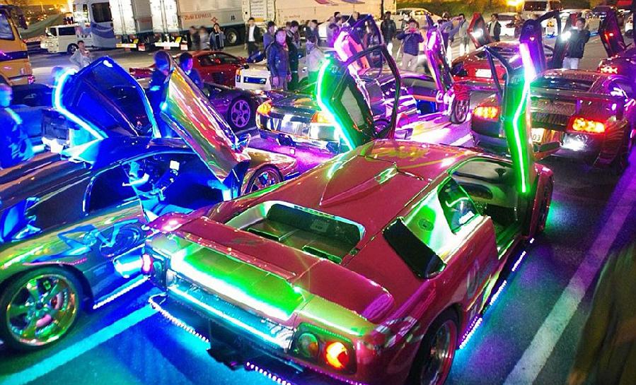 日本飙车族用LED灯装点豪车 酷炫如飞驰焰火[1]- 中国日报网