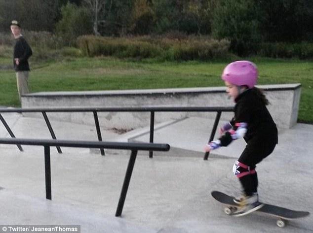 少年无视同伴取笑教女童滑板 加拿大母亲脸谱致谢:因为你,她骄傲又自信 - 中文国际 - 中国日报网