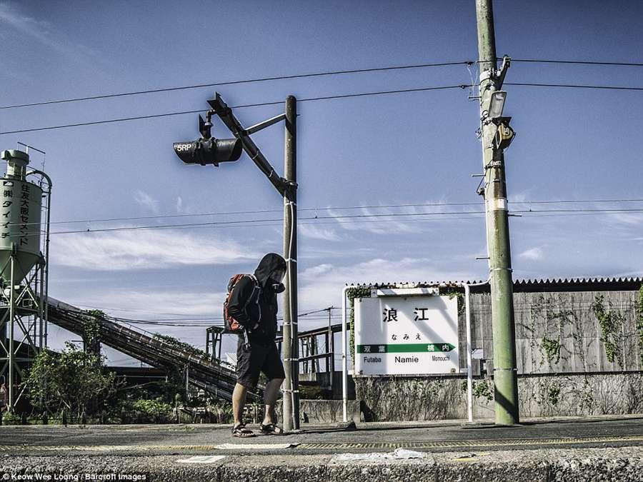"""摄影师5年后重访日本福岛 杂乱荒芜仍如""""鬼城""""[1]- 中国日报网"""