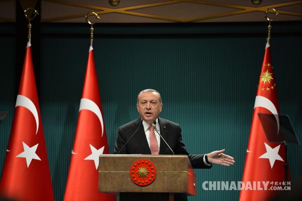 土耳其总统强力反击:开除近1700名军官 关闭130多家媒体 - 中国日报网