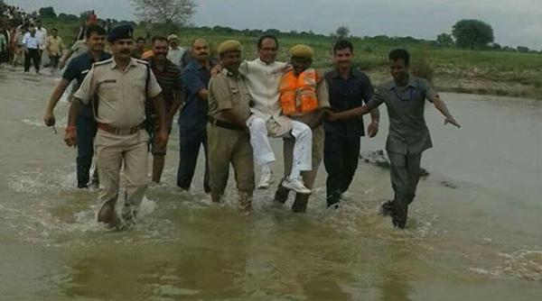 如此视察洪灾!印度官员被抬着过河遭吐槽 - 中国日报网