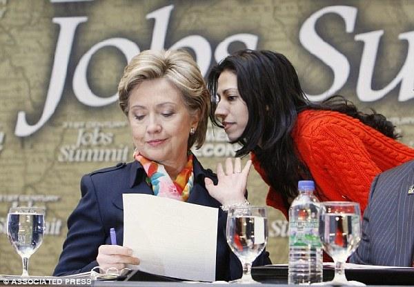 英媒:希拉里跟女助手举止亲密 与女儿关系有点冷 - 中国日报网
