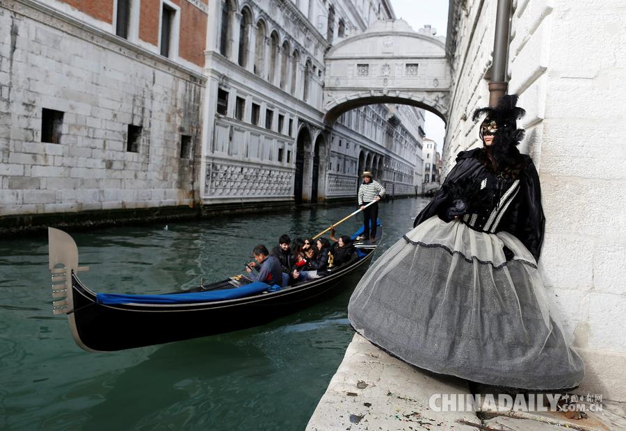 千人千面 威尼斯嘉年华在大运河上举行[1]- 中国日报网