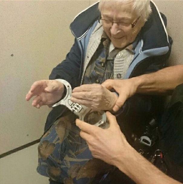 荷兰99岁老奶奶想在死前体验被捕入狱 警察帮其圆梦(组图)[1]- 中国日报网