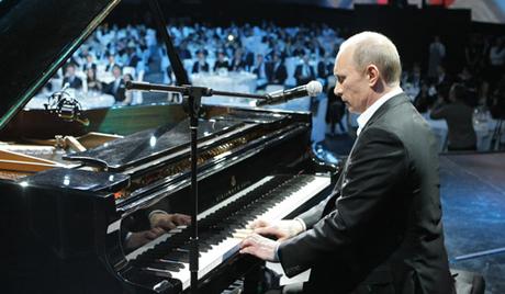 普京为大学生弹奏《莫斯科之窗》 自称唱功不佳