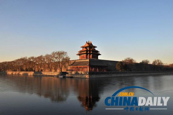 这是晨曦之中的北京故宫角楼(2月27日摄)。 当日,在空气重污染预警持续生效156个小时后,北京迎来久违的蓝天白云。(图片来源:新华社) 据《参考消息》2月27日报道,【美国《洛杉矶时报》网站2月25日报道】题:雾霾笼罩中国大片地区,但许多人无视威胁 中国部分地区近日被雾霾吞没。按照美国大使馆的数据,北京的空气质量指数截至今天已连续六天处于危险数值区域,估计至少要到周四(27日)才能摆脱雾霾。 雾霾导致道路能见度下降,天空中的太阳成为一个光线微弱的橘红色球体,北京市发出橙色预警