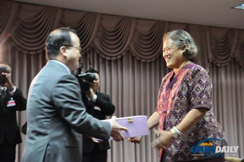 泰国诗琳通公主会见中国大使代办向云南灾区捐款- 中文国际- 中国當個創世神連線