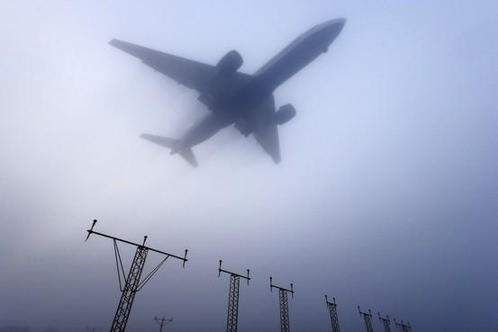 如在飞机降落时,采用计算机合成的机场跑道和周围