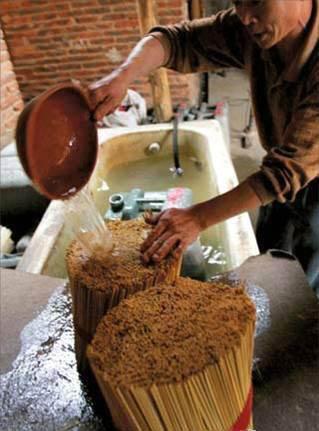 在制作过程中,工人用硫磺和双氧水漂白一次性筷子.