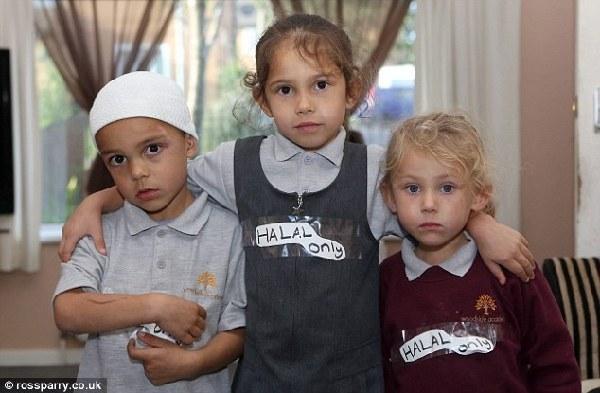 """英穆斯林家庭在孩子胸口贴""""只吃清真食物""""标志(图)"""