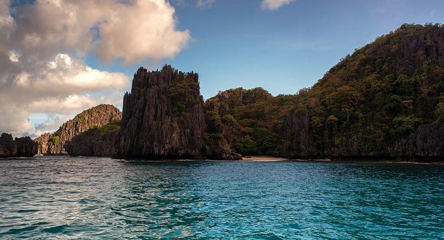 拥有迷人的爱妮岛礁湖和公主港地下河,巴拉望岛获评世界最美岛屿。 图片:菲律宾星报 中国日报马尼拉10月22日电(记者 张燕) 综合菲律宾媒体报道,菲律宾巴拉望岛被全球知名旅游杂志《康德纳斯旅行者》评为世界最美岛屿。 该杂志在声明中说,巴拉望岛从148座候选岛屿中脱颖而出,共有76600名读者参与投票。 据菲律宾《世界日报》报道, 大部分投票的读者都认为公主港内的地下河景观是新的世界七大自然奇观之一。 《康德纳斯旅行者》说:巴拉望的自然奇观公主港内的地下河是世界上最长的地下河之一,它蜿蜒穿过