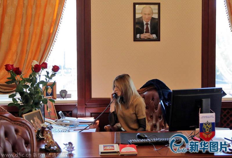 克里米亚美女检察官参观里瓦几亚宫 弹钢琴多