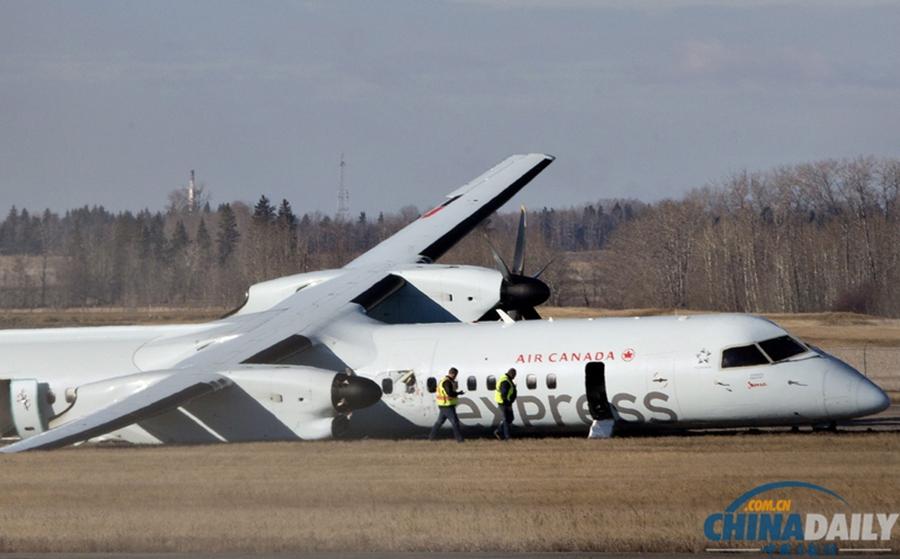 当地时间2014年11月7日,加拿大艾德蒙顿,加拿大快捷航空一架客机11月6日晚上在埃德蒙顿国际机场降落时发生事故,右侧主起落架在触地时损毁,致使四名乘客受伤。  加拿大快递航空运营合伙人爵士航空称,发生事故的是一架航班号为AC8481的庞巴迪Q400客机,当时机上载有71名乘客和4名机组人员。目前有四名乘客受伤,但受伤程度还无法确定。
