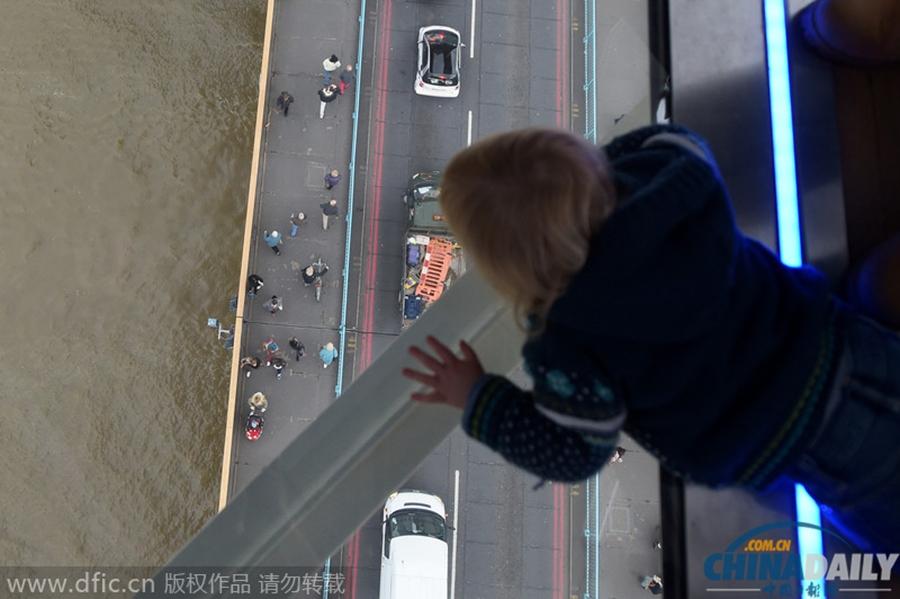 伦敦塔桥装透明玻璃地板