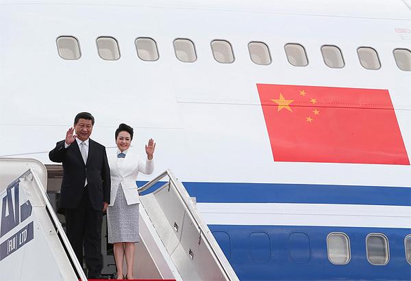 中国国家主席习近平和夫人彭丽媛21日抵达斐济. 新华社丁林摄影