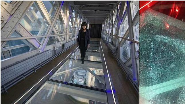 伦敦,2014年11月25日电 距离泰晤士河42米高的伦敦塔玻璃桥,在仅仅开放两周之后,玻璃桥面就出现了粉碎。没想到第一次损坏在这么短的时间内就发生了。事情发生在周五的晚上,技术人员花了一个周末的时间才将破碎的玻璃整个换下。 而桥面的第二次破损则是由于一名在这里的餐饮服务人员,不慎将一瓶啤酒掉在地上才导致玻璃地面的又一次粉碎。好在幸运的是,用于铺设人行天桥的透明地板中间加了五层玻璃,所以工程师们只需要更换最表面的一层玻璃即可。 透明玻璃通道长11米,宽1.