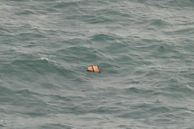 印尼搜救飞机拍摄的画面显示,爪哇海的海面上漂浮着一些残骸(图片