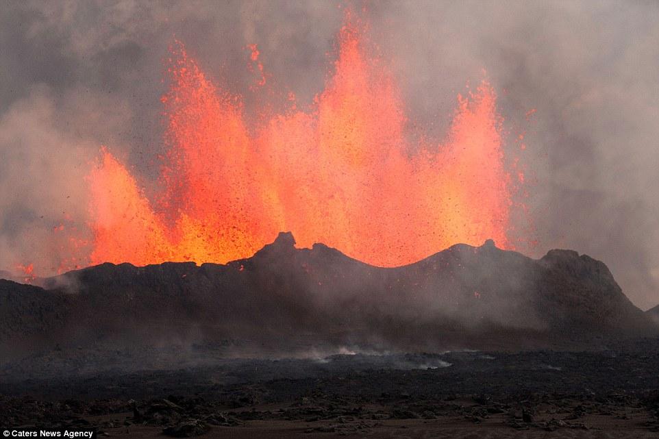 为了游客的安全火山遗址被冰岛关闭。 海外网1月28日电据《每日邮报》消息,摄影师托马斯弗雷近距离拍摄了令人难以置信的冰岛火山爆发的场景,为了拍摄到好的照片,他尽可能的接近火山。今日,冰岛火山活动日趋激烈。