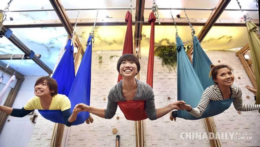 日本流行空中瑜伽 练习者借助吊床如蝙蝠倒挂