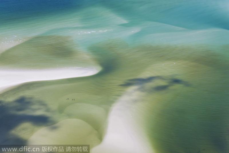 澳大利亚昆士兰,沙滩与大海交汇变幻出奇妙漩涡景象.