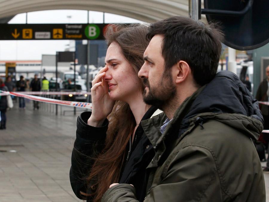 德客机坠毁   亲属抵达巴塞罗那机场悲痛不已