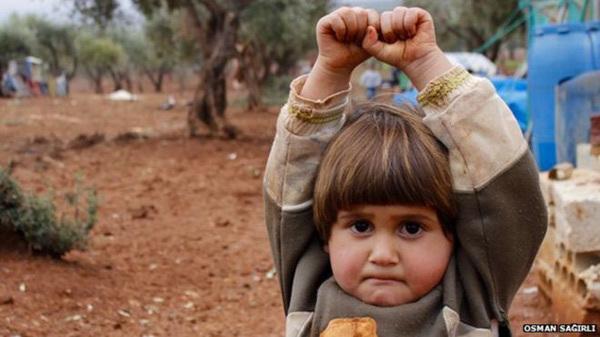 错将相机当武器 叙利亚女童惊恐投降