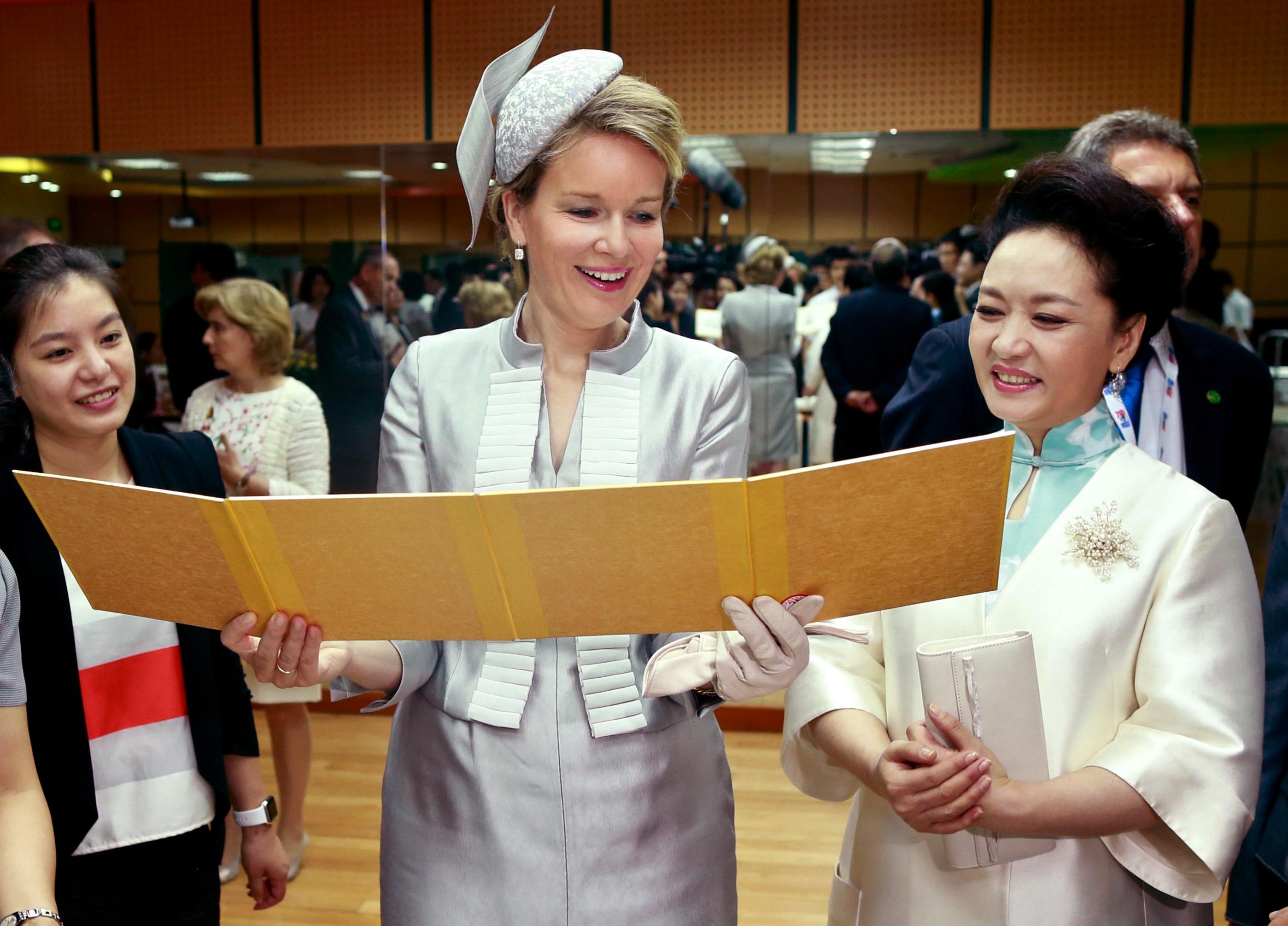 彭丽媛和比利时王后参观北京启喑实验学校