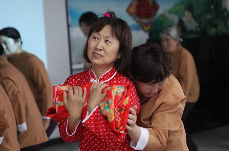 日本侵华战争遗孤访华团在京参访敬老院