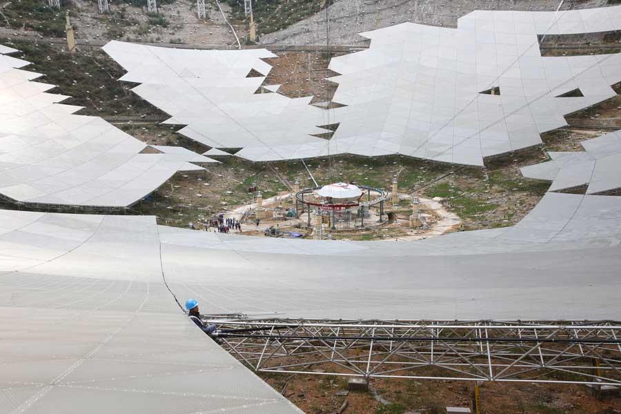 世界最大球面射电望远镜馈源舱在贵州升舱
