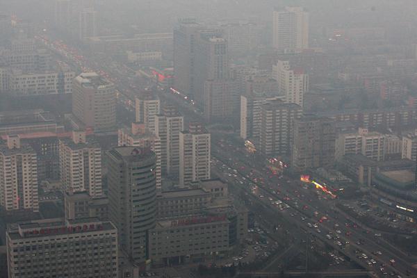 中央电视塔的工作人员在雾霾天里检修