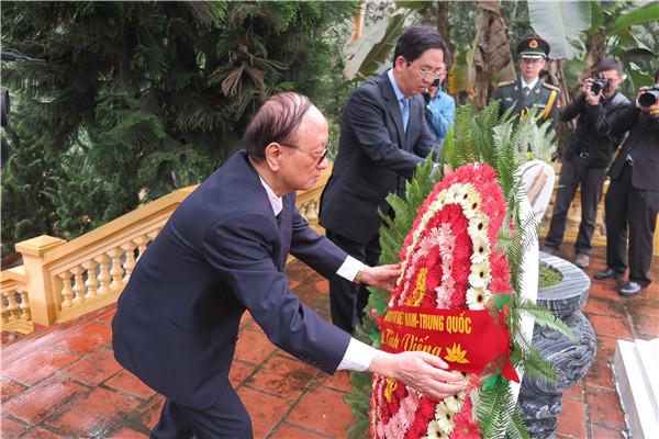 中國駐越大使洪小勇赴越南安沛省中國烈士陵園掃墓