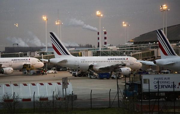 在法国巴黎戴高乐国际机场停靠的法航飞机