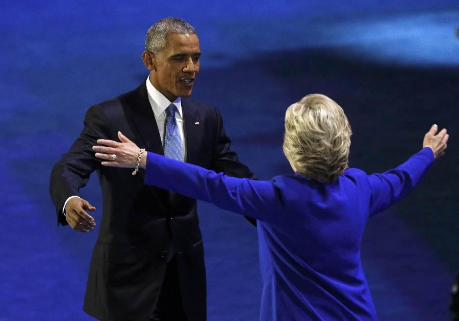 民主党大会:奥巴马交棒给希拉里 两人温情相拥