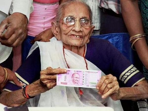 受宠若惊?印度富人为洗黑钱首次对穷人低声下气