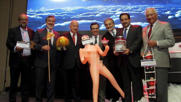 智利经济部长获赠裸体充气娃娃 惹怒国内民众