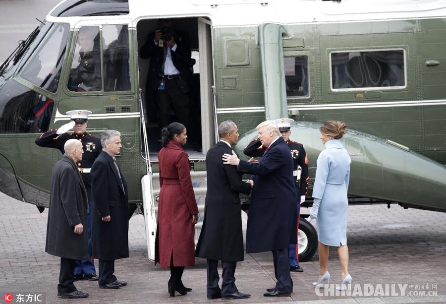 依依不舍!美前总统奥巴马直升机上凝视白宫图片