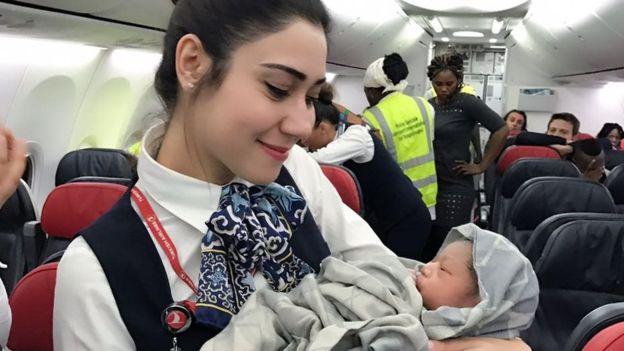 土耳其一航班飞行中多了新乘客 28周孕妇万米高空产女