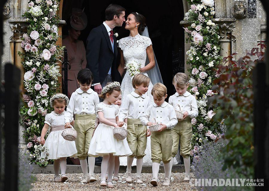 英国凯特王妃妹妹举行盛大婚礼 小王子兄妹当花童很