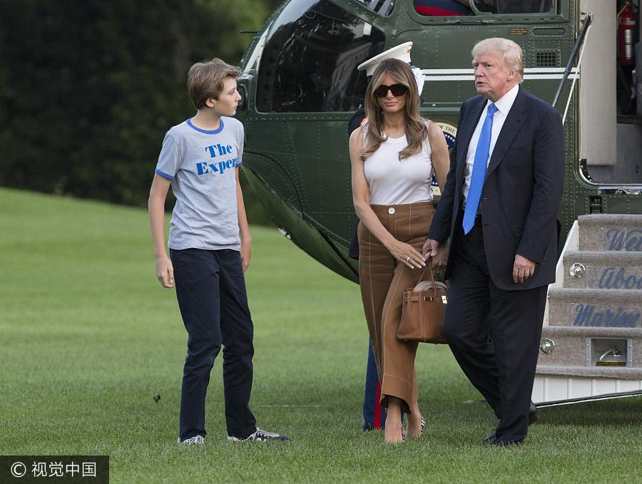 梅拉尼娅和儿子巴伦移居白宫 特朗普牵手妻子秀恩爱