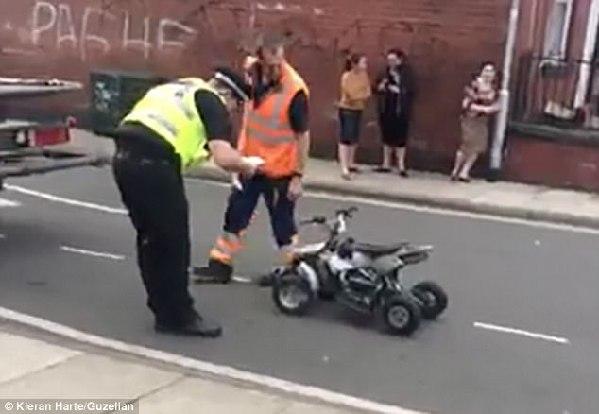 英国警察用卡车运迷你摩托遭路人嫌弃:你就自己抬走呗!