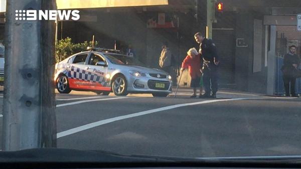 暖心1幕!悉尼警官拦下过往车辆搀扶独行老人过马路