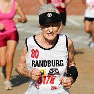 这位85岁老奶奶有点酷 2小时跑完半程马拉松创纪录