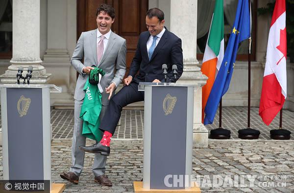 加拿大总理特鲁多到访  爱尔兰总理秀红袜