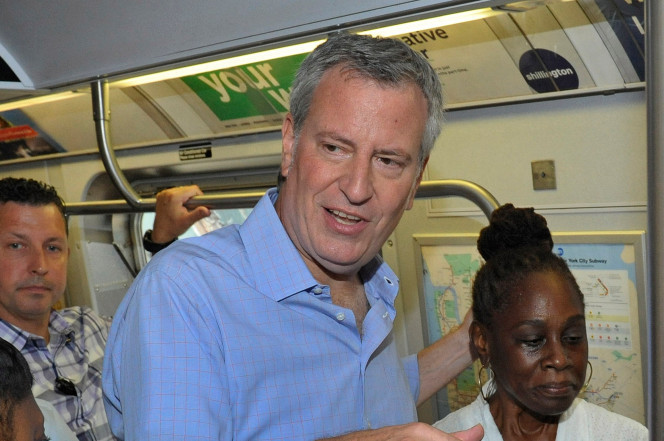 """纽约警察提前清理地铁站内流浪汉 确保市长""""干净""""出行"""