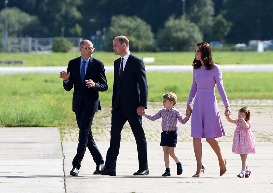 乔治小王子笑容灿烂 (图片来源:路透社) 中国日报网7月25日电(妮思娜) 22日,乔治小王子度过了自己4岁的生日,肯辛顿宫在推特上发布了一张乔治小王子的官方肖像,半身照中,乔治小王子身着条纹衫,明眸皓齿,笑的天真烂漫。 据美国有线电视新闻网报道,肯辛顿宫在官方推特上写道:(乔治王子的父母威廉王子和凯特王妃)很高兴分享新的乔治王子的官方肖像,并以此纪念他的4岁生日,同时他们也很感谢来自五湖四海的生日祝福。 据悉,照片是6月底在肯辛顿宫由摄影师杰克森(Chris Jackson)所拍摄的。21日,他在
