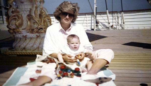 英国戴安娜王妃和儿子哈里王子的照片.(图片来源:路透社)-戴安