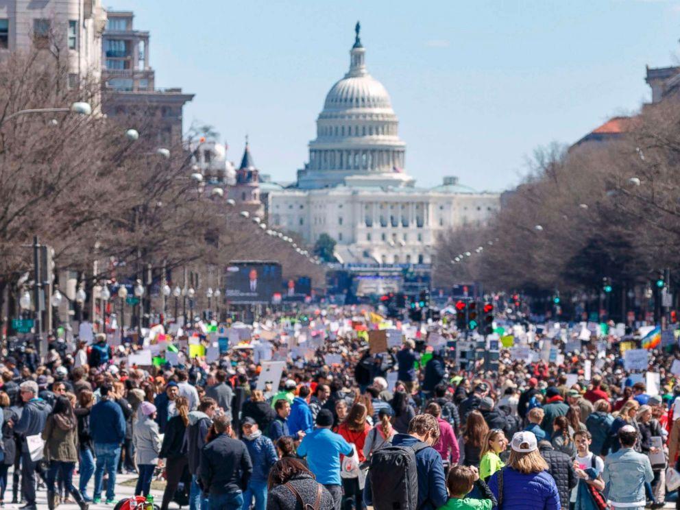 """""""向华盛顿进军""""!数万人大游行呼吁控枪 特朗普躲起来了"""