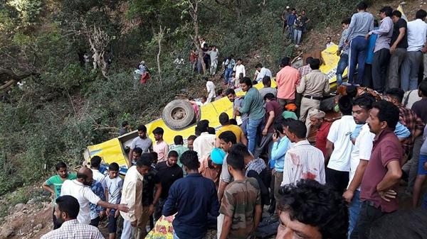 印度一校车因超速行驶在山谷坠落 27名儿童丧生