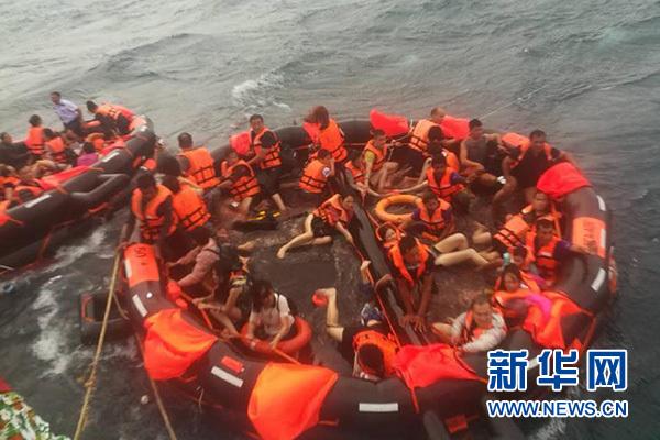 7月5日,在泰国普吉府普吉岛附近海域,翻船事故中游客被救起.新华社发