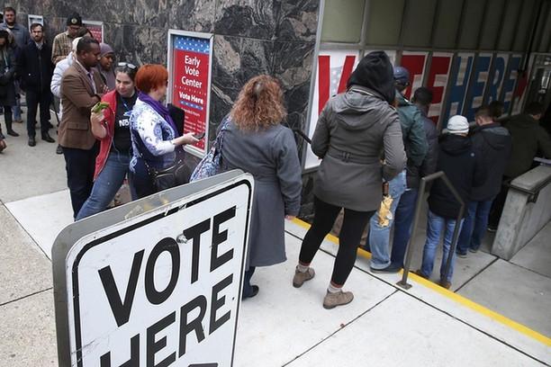 美国中期选举提前投票人数大涨 谁赢谁输结果难料